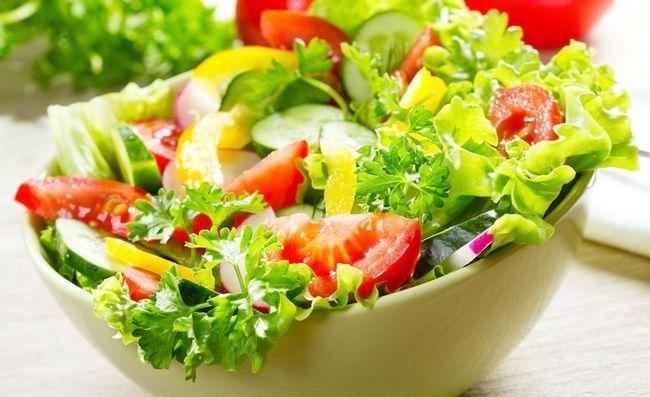 Салат з овочів і зелені