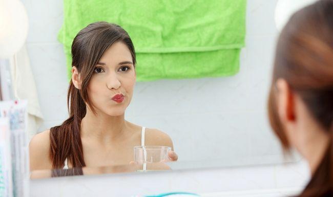 Полоскання рота водою після чищення зубів