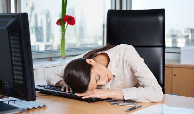 Постійна втома - одна з ознак гормонального збою у жінки