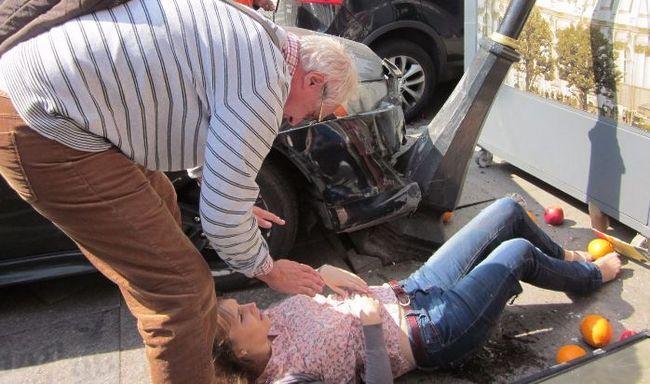 Чоловік надає першу допомогу жінці в шоковому стані після ДТП