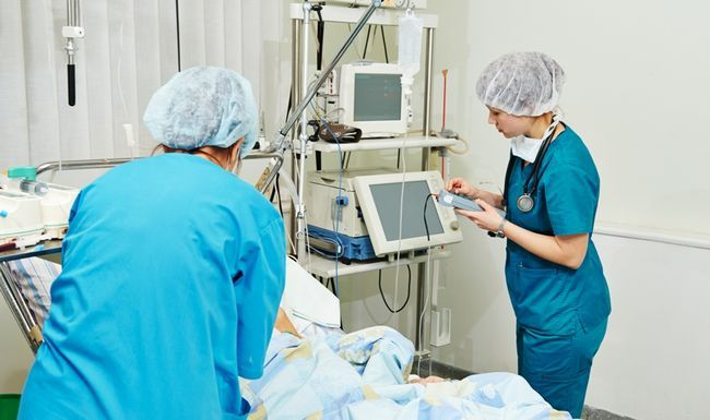 Реаніматолог - лікар, який надає невідкладну допомогу в ситуаціях, що загрожують життю людини