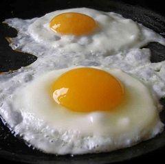 Калорії в смаженому яйці - 900 ккал на 100 грам