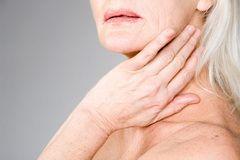 Припухлість в області вух, щелепи і шиї - перші симптоми запалення слинної залози